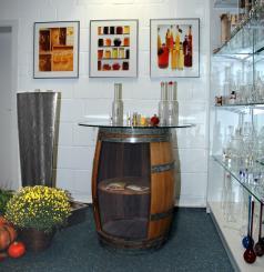 Regalfaß mit Glasplattenhalterung Barrique 225 l. H: ca. 95cm D: ca. 71cm, vorne geöffnet, Regalboden aus Cognac - Fassdeckel in das Fass integriert, Edelfaßschraube am Fuß befestigt. Überzug: flüssiger Kunststoff